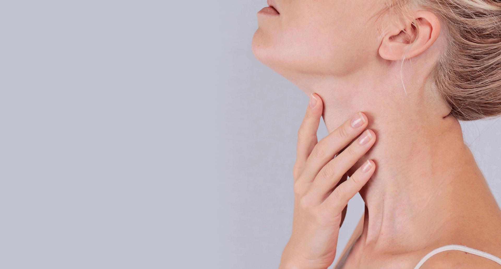 Mulher examinando a parte da frente do pescoço.